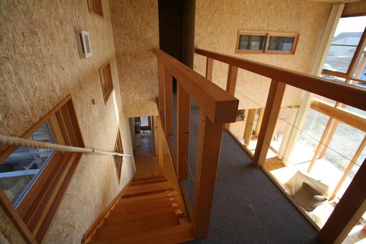 廊下: 株式会社高野設計工房が手掛けた廊下 & 玄関です。,