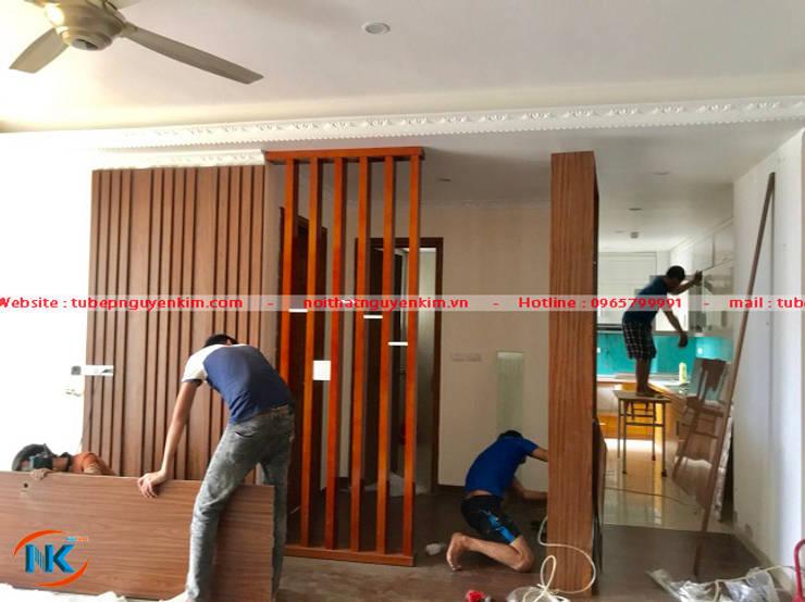 Thi công tủ bếp gỗ acrylic kịch trần nhà anh Hiếu chung cư C14 Bộ công an:   by Nội thất Nguyễn Kim,
