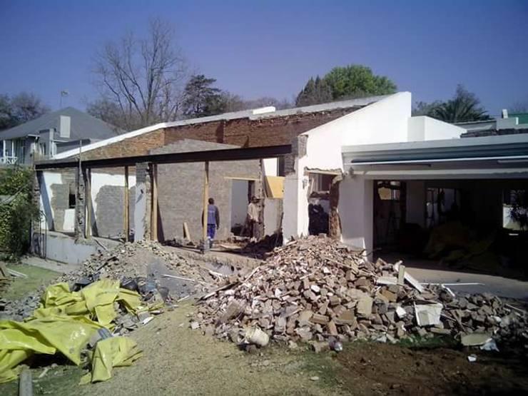 House Ravenscroft:   by Rykon Construction ,