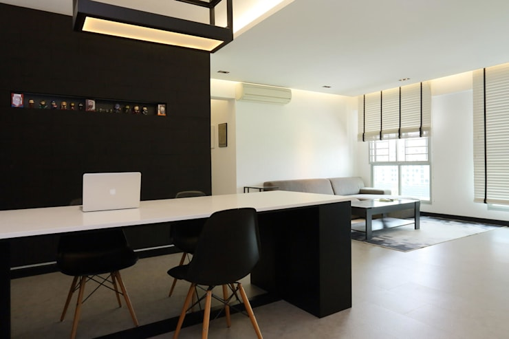 Resale HDB in Monochromatic Style Full of Personality!:  Living room by Monoloft, Minimalist