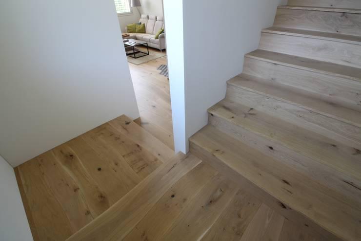 Escaleras de estilo  de Bolefloor , Moderno Madera Acabado en madera