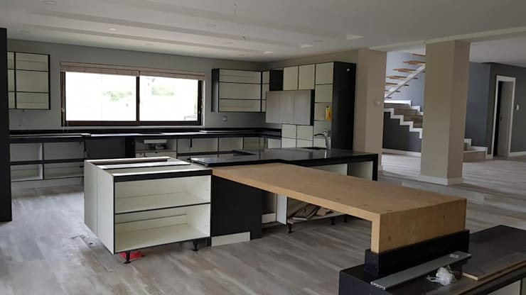 House Timmerman:   by Rykon Construction ,