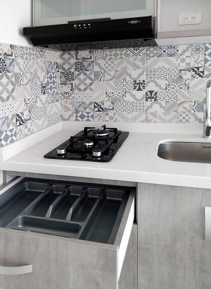 Cubiertero y área de cocción: Cocinas integrales de estilo  por Remodelar Proyectos Integrales,