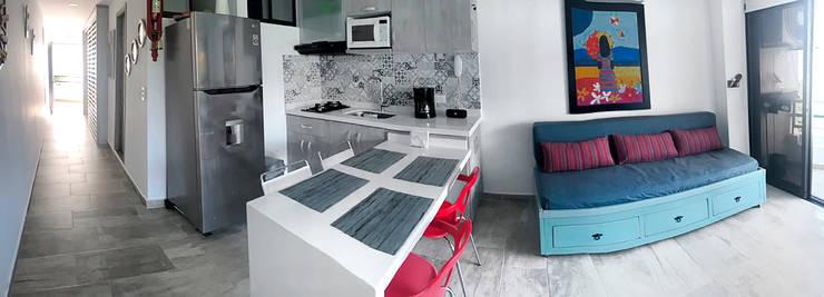 Cocina con barra en cuarzo blanco extra: Cocinas pequeñas de estilo  por Remodelar Proyectos Integrales,