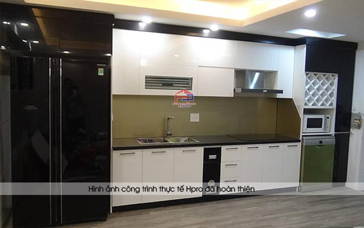 Ảnh chụp thực tế bộ tủ bếp acrylic nhà chị Hằng - Tp.Vinh:  Kitchen by Nội thất Hpro,