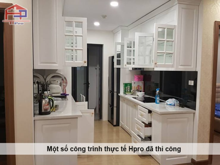 Ảnh chụp thực tế bộ tủ bếp gỗ công nghiệp phong cách tân cổ điển nhà chị Hoa - Kim Giang:  Kitchen by Nội thất Hpro,