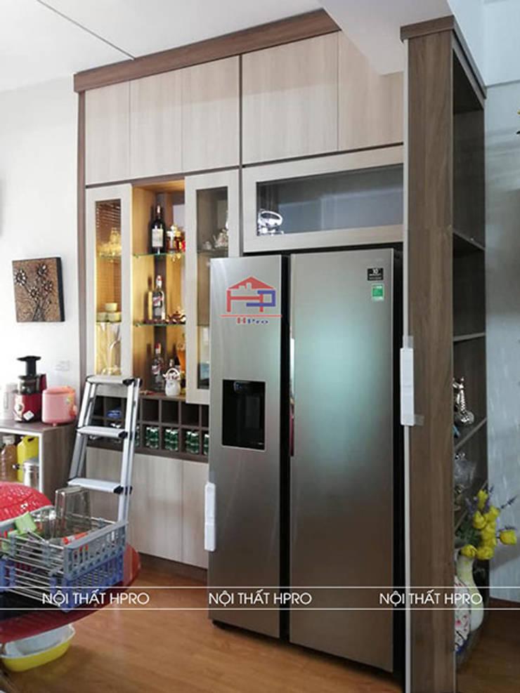 Hình ảnh thực tế tủ rượu gỗ melamine nhà chị Thoa - Tây Hồ:  Living room by Nội thất Hpro,