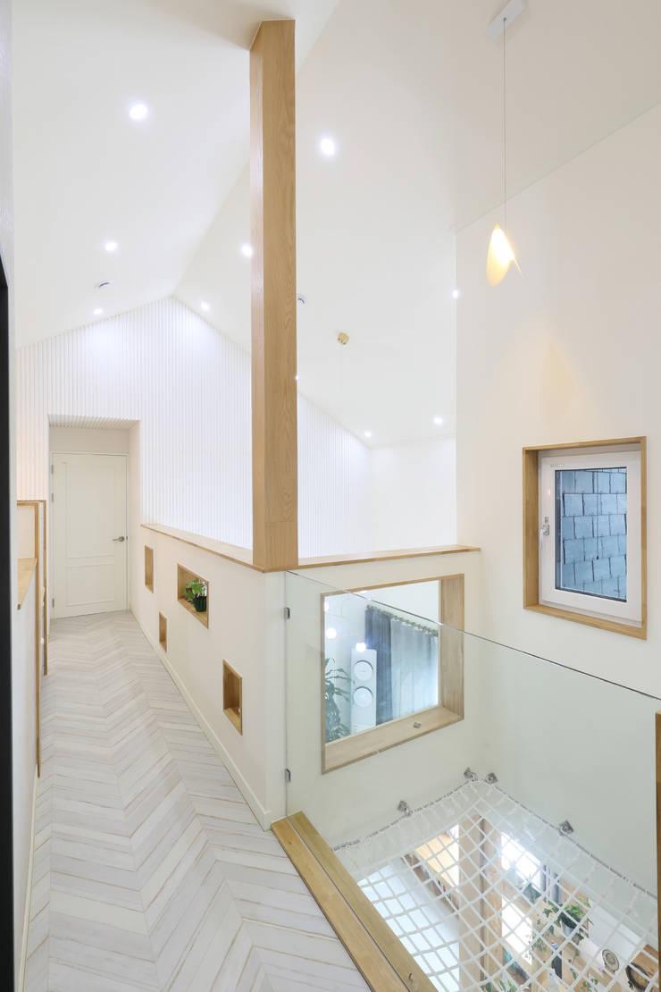 세종시주택 락현재 2층: 주택설계전문 디자인그룹 홈스타일토토의  복도 & 현관,