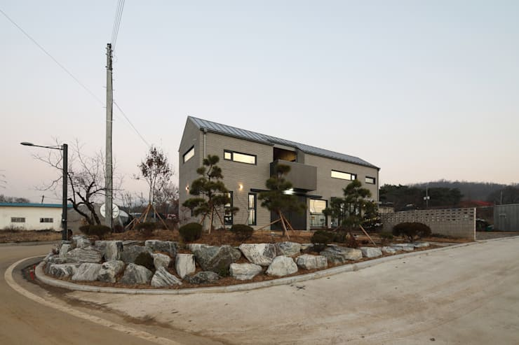 고양 오금동 더디퍼런스 외관: 주택설계전문 디자인그룹 홈스타일토토의  목조 주택,