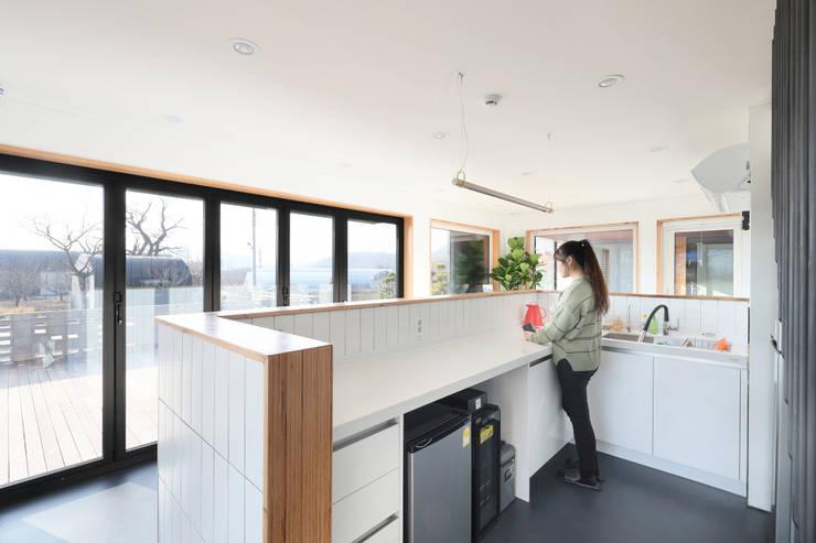고양 오금동 더디퍼런스 외관 (까페파트): 주택설계전문 디자인그룹 홈스타일토토의  작은 주방,