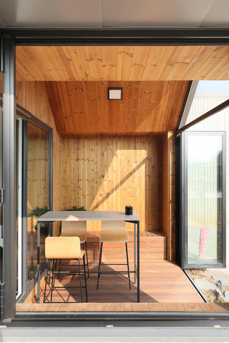 고양 오금동 더디퍼런스 썬룸: 주택설계전문 디자인그룹 홈스타일토토의  베란다,