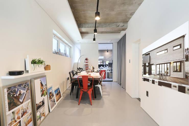 Nowoczesne domowe biuro i gabinet od 주택설계전문 디자인그룹 홈스타일토토 Nowoczesny Cegły