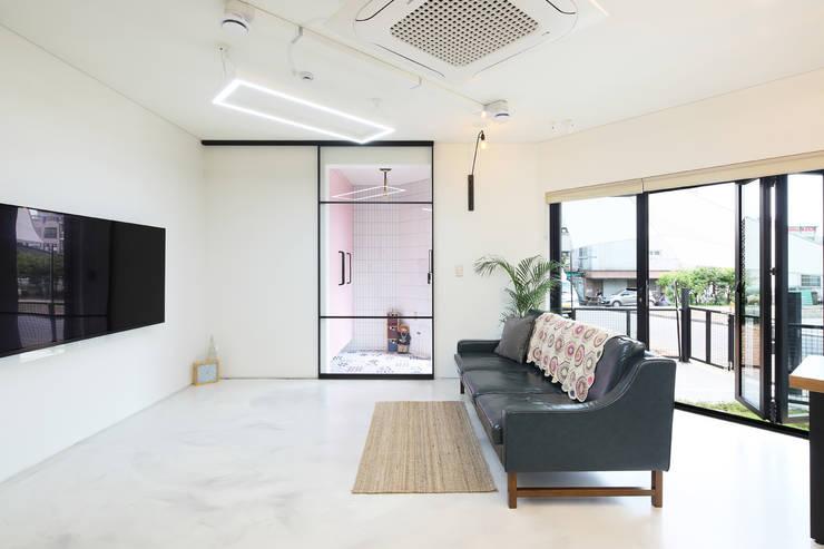 인천 계양구 단독주택, 동암재(洞巖齋) 거실: 주택설계전문 디자인그룹 홈스타일토토의  거실,