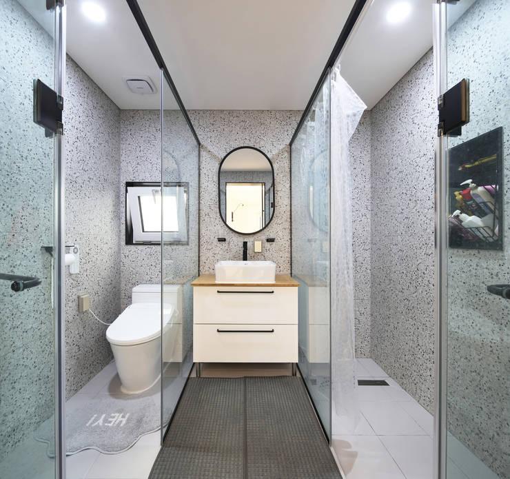 인천 계양구 단독주택, 동암재(洞巖齋) 2층 화장실: 주택설계전문 디자인그룹 홈스타일토토의  욕실,