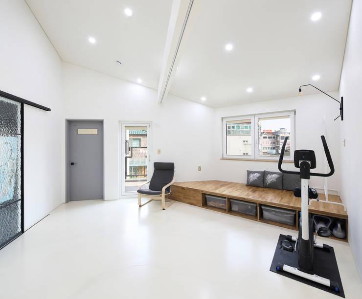 인천 계양구 단독주택, 동암재(洞巖齋) 2층 가족실: 주택설계전문 디자인그룹 홈스타일토토의  거실,