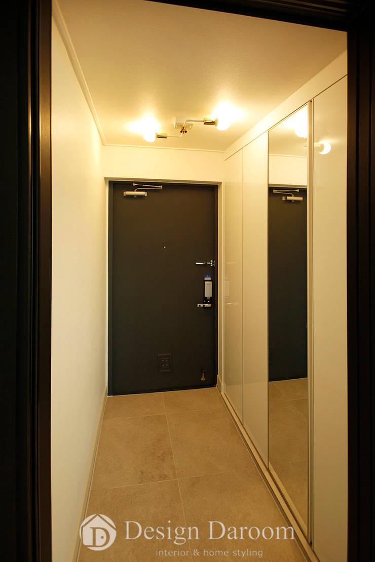 쌍문동 신원2차 37py 현관: Design Daroom 디자인다룸의  복도 & 현관,