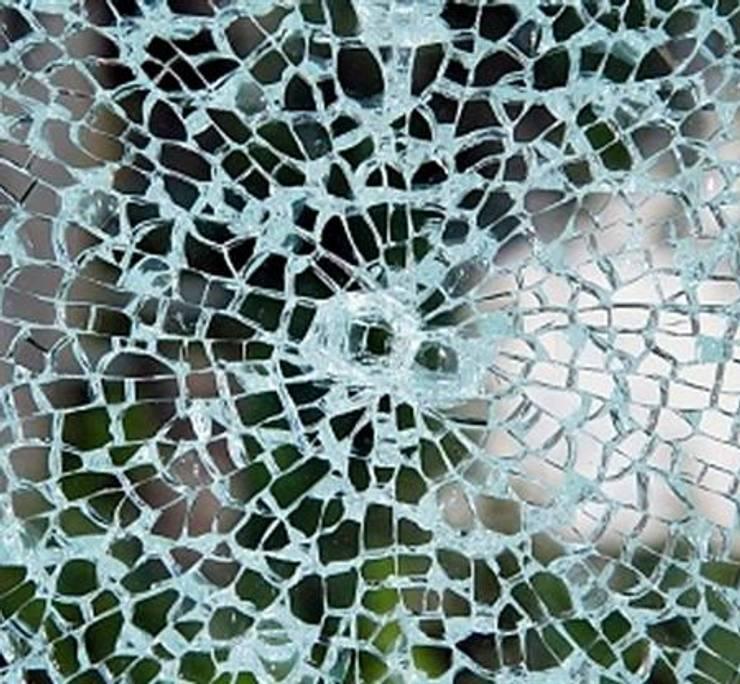 Película de Seguridad  : Puertas y ventanas de estilo  por HOME DECO & HOME GLASS,