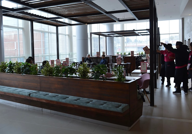Diseño terraza emplazamiento interior en mall : Centros Comerciales de estilo  por SP estudio