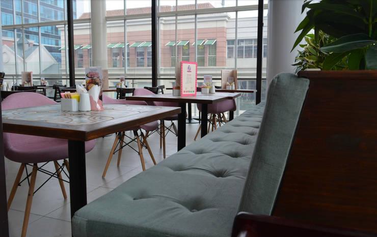 Diseño de mobiliario y paleta de colores: Centros Comerciales de estilo  por SP estudio