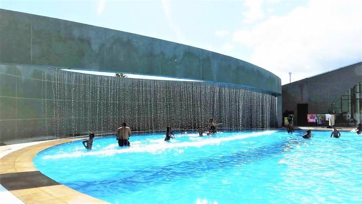 Cascada en piscina para niños: Estadios de estilo  por Brassea Mancilla Arquitectos, Santiago