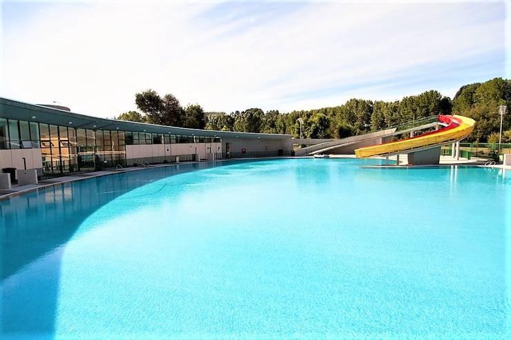 Vista general de piscina: Estadios de estilo  por Brassea Mancilla Arquitectos, Santiago