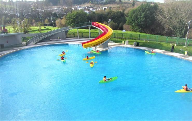 Tobogán doble en piscina mayor: Estadios de estilo  por Brassea Mancilla Arquitectos, Santiago