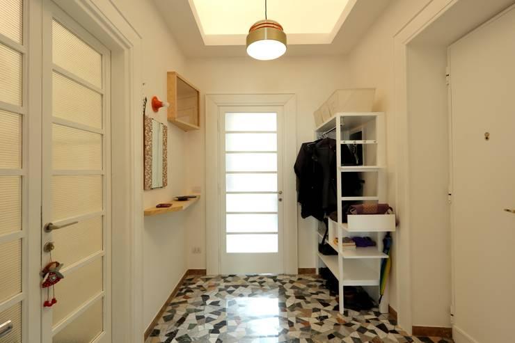 Couloir et hall d'entrée de style  par Daniele Arcomano,