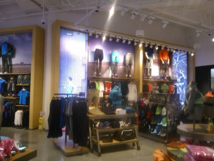 ESTANTERIA: Oficinas y tiendas de estilo  por MADINGEN SAS,