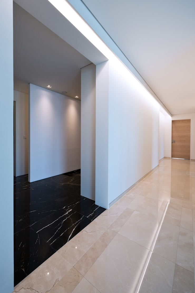 L HOUSE (청담동 카일룸): M's plan 엠스플랜의  복도 & 현관,