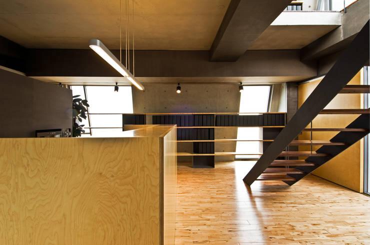 F OFFICE (오피스): M's plan 엠스플랜의  서재 & 사무실,