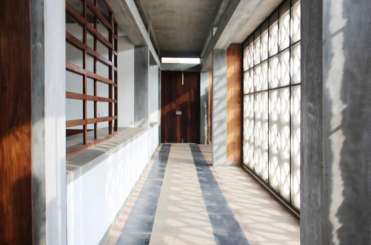 Corridor & hallway by imago architecture+design, Tropical