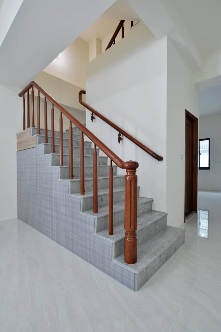 樓梯:  牆面 by houseda,
