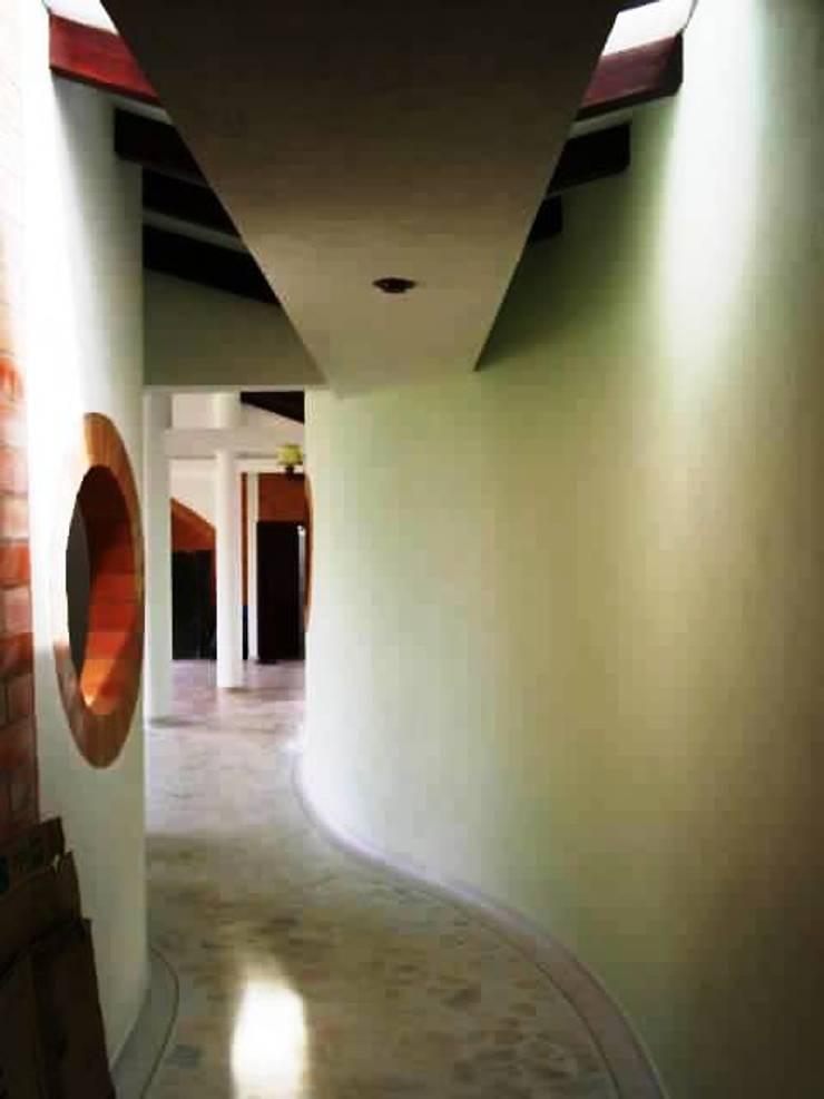 Pasillos y recibidores de estilo  por MAVICO, Colonial