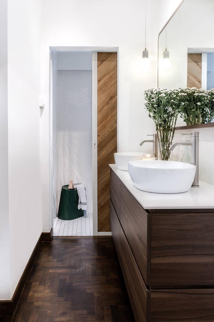 Bathroom:  Bathroom by Distinctidentity Pte Ltd, Modern Wood Wood effect