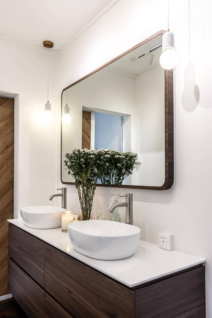 Bathroom:  Bathroom by Distinctidentity Pte Ltd, Modern