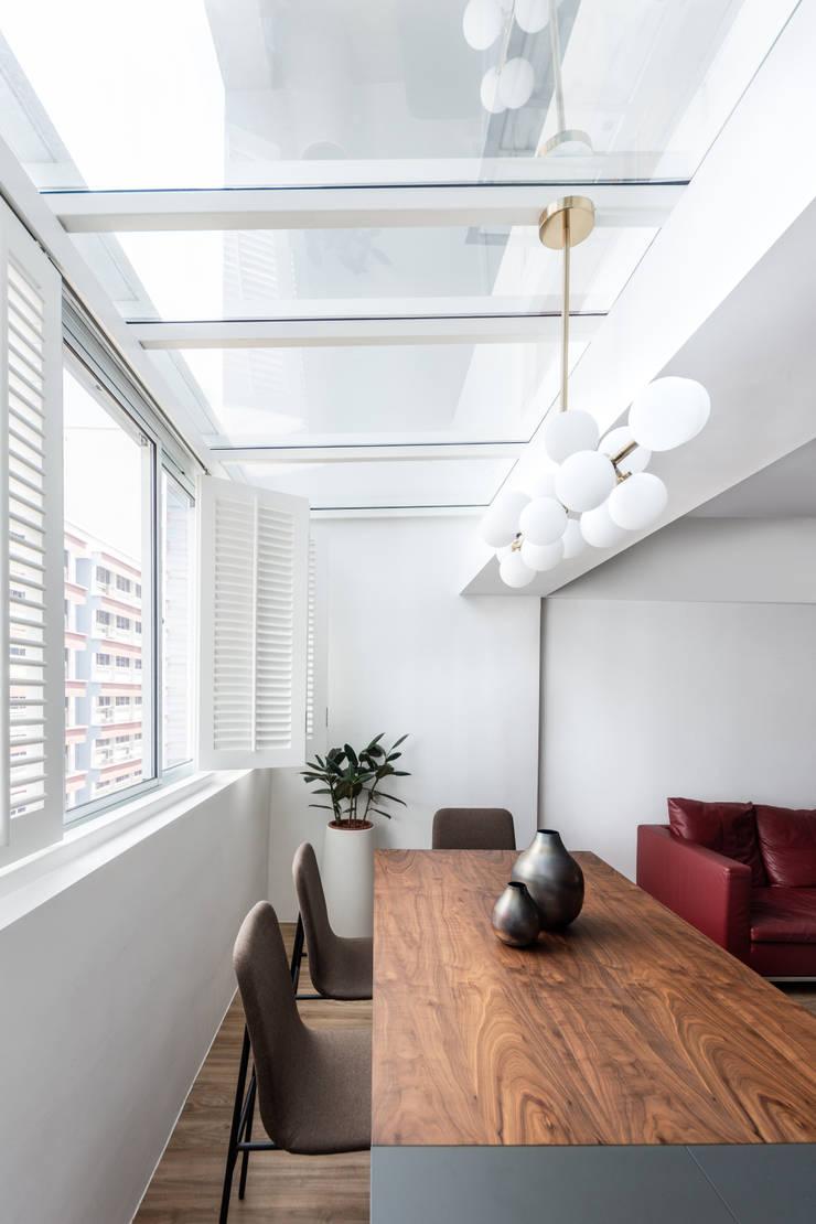 Dining area:  Dining room by Distinctidentity Pte Ltd, Modern