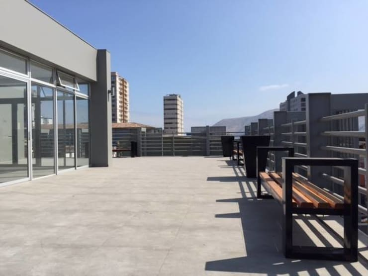 Classic style balcony, porch & terrace by Yañez y Muñoz Arquitectos Classic Concrete