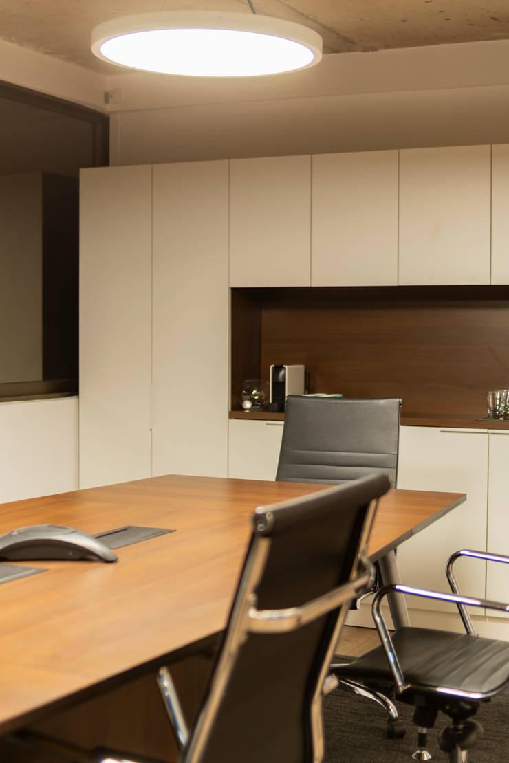 Sala de Reuniones: Oficinas y tiendas de estilo  por SUMATORIA,