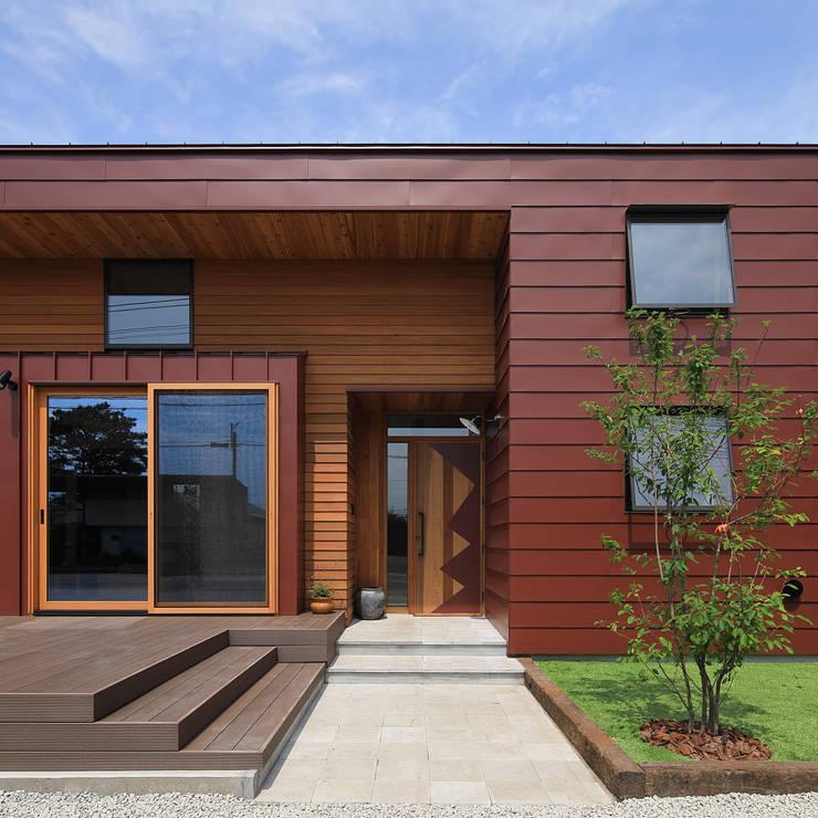 アプローチ: ㈱ライフ建築設計事務所が手掛けた家です。,