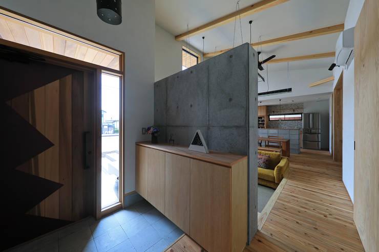 甲斐元町の家~遊び心のある家~: ㈱ライフ建築設計事務所が手掛けた廊下 & 玄関です。,