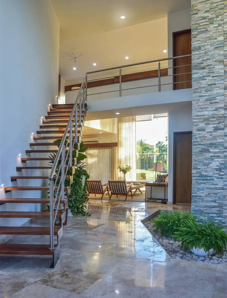 Casa Vista Lagos: Escaleras de estilo  por Excelencia en Diseño,