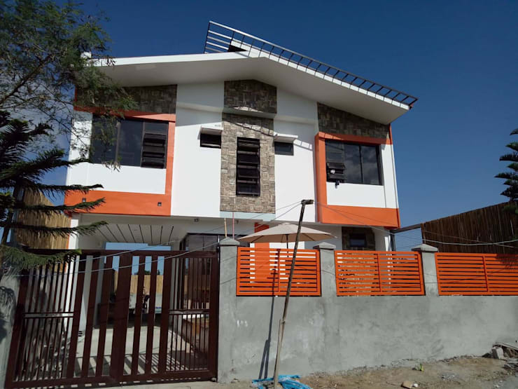 Duka Residence:  Front yard by JPSolatorio Architectural Design Services,