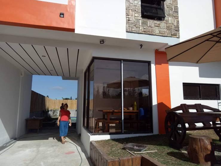 Duka Residence:  Carport by JPSolatorio Architectural Design Services,