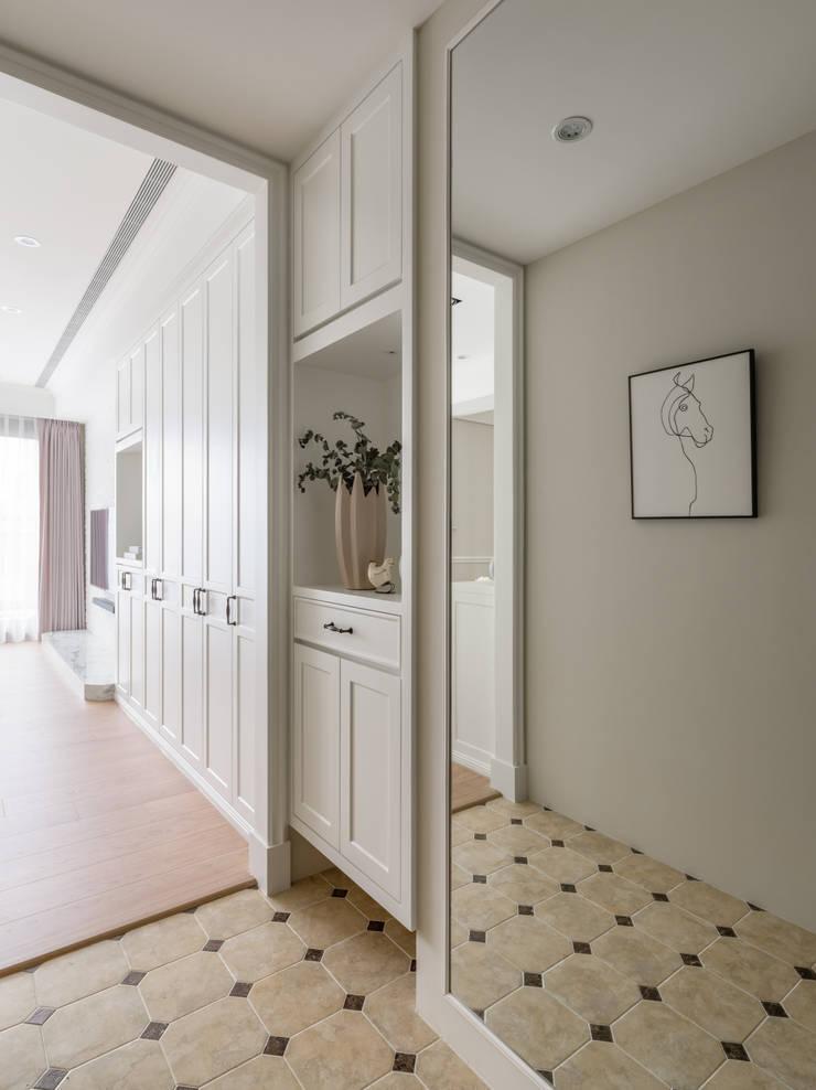 Couloir et hall d'entrée de style  par 存果空間設計有限公司, Colonial