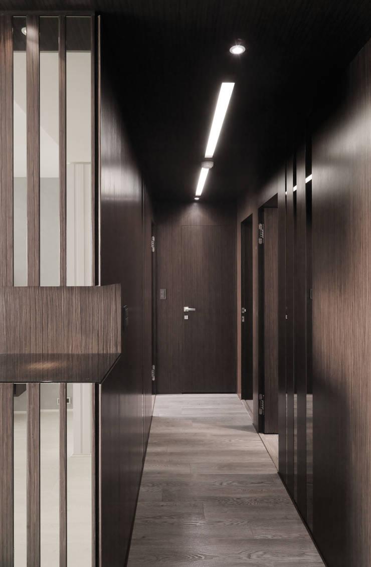 合雄涵悅:  走廊 & 玄關 by 形構設計 Morpho-Design,