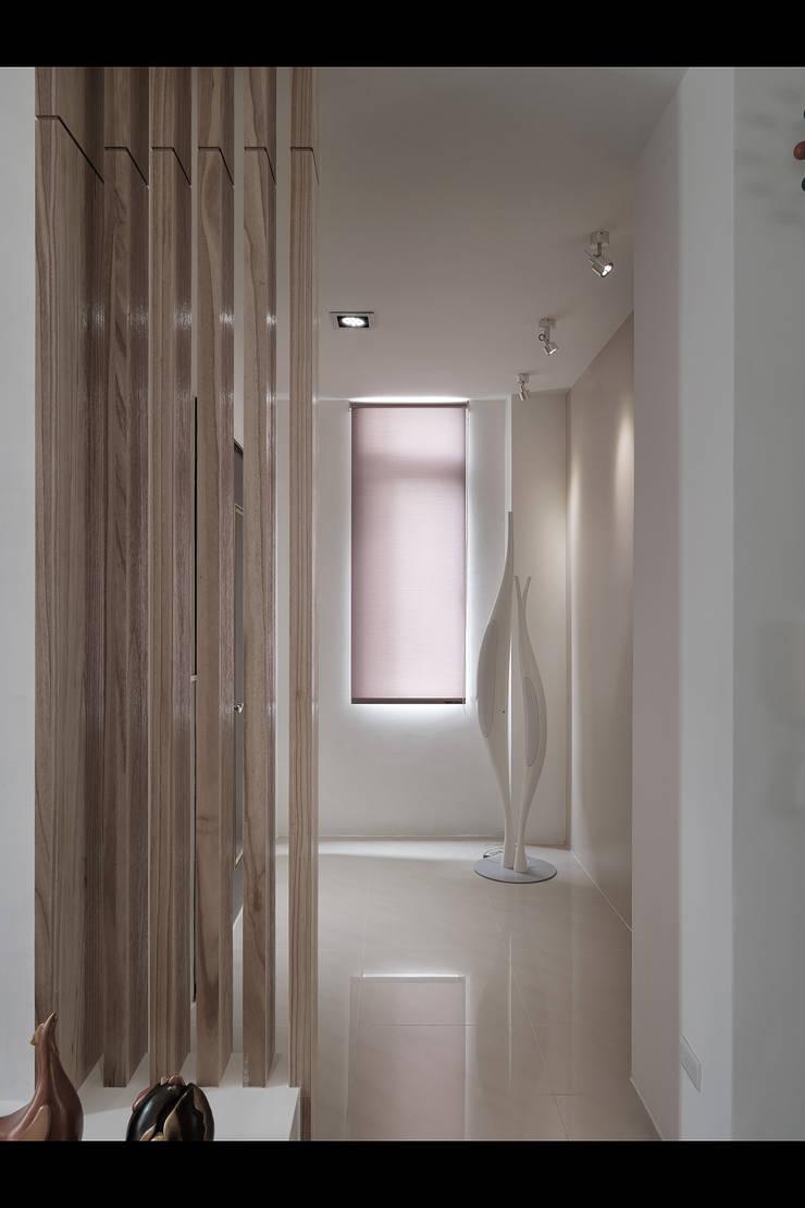 陶然居:  走廊 & 玄關 by 形構設計 Morpho-Design,