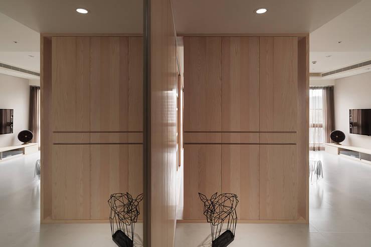 昇陽之道_暖木:  走廊 & 玄關 by 形構設計 Morpho-Design,