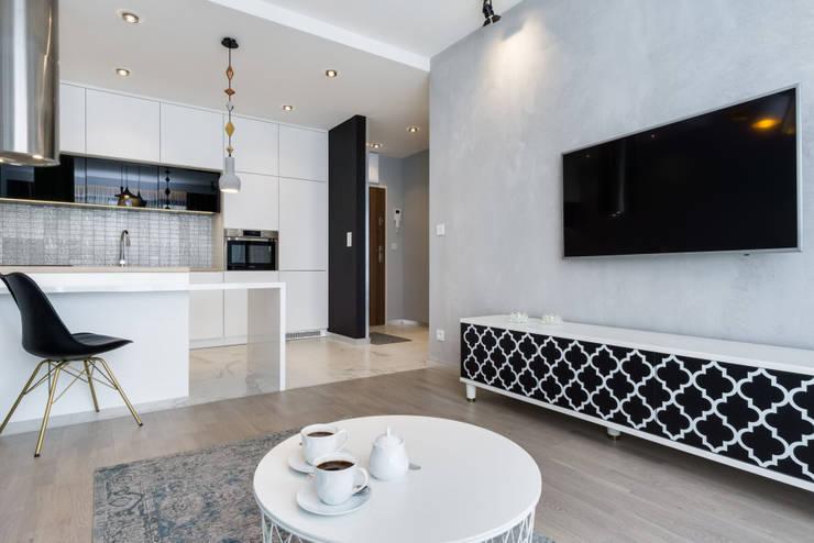 ห้องนั่งเล่น โดย Lux Interiors - projektowanie i aranżacja wnętrz Gdańsk, Gdynia, Sopot, โมเดิร์น