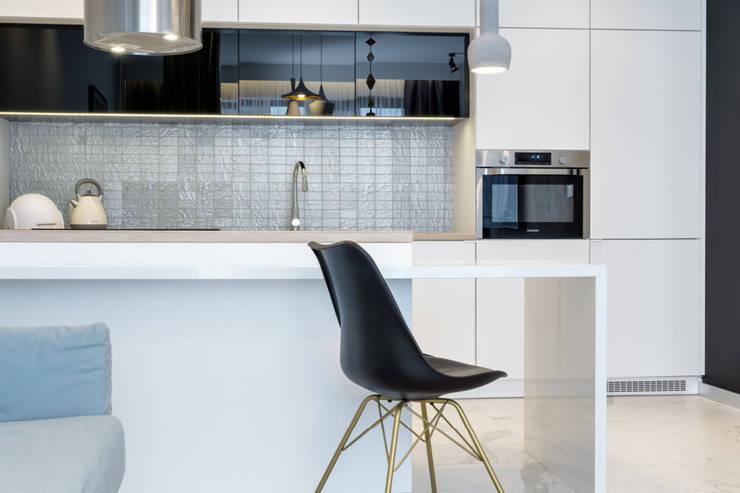 ห้องครัวขนาดเล็ก โดย Lux Interiors - projektowanie i aranżacja wnętrz Gdańsk, Gdynia, Sopot, โมเดิร์น