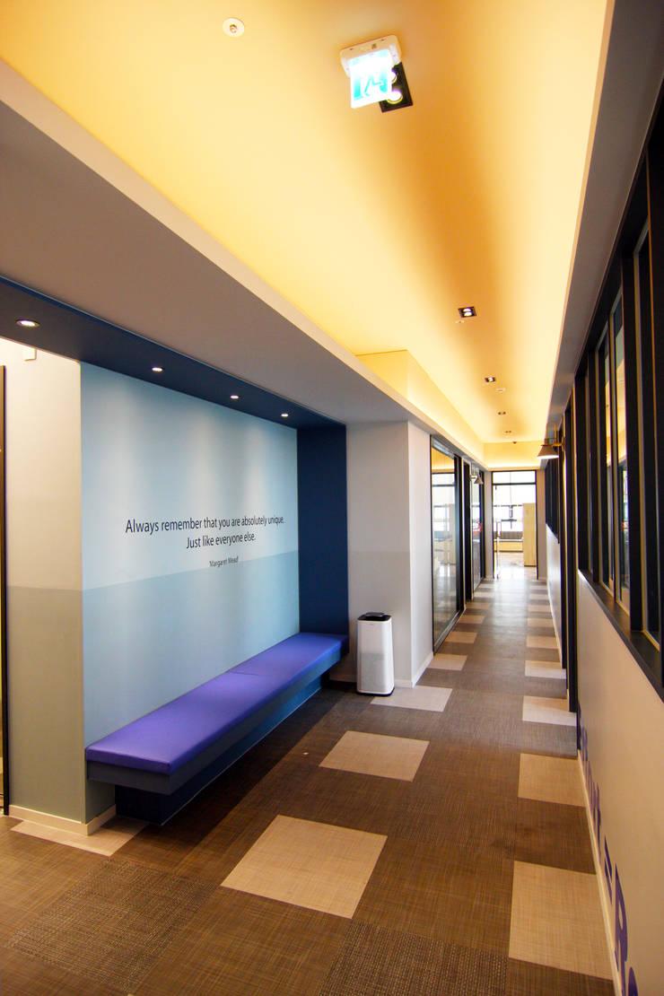 학원인테리어 복도 디자인 - 토마스국제어학원: IDA - 아이엘아이 디자인 아틀리에의  학교,